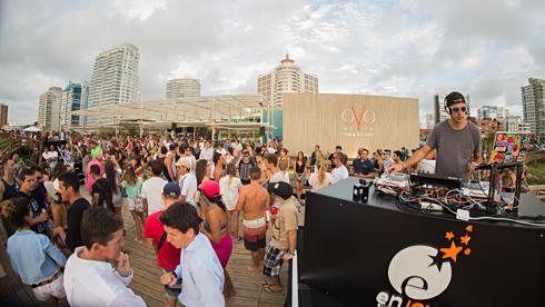 DJ Erok (USA) y el talentoso pianista Mat�as Banacore pusieron a bailar a todos en OVO Beach
