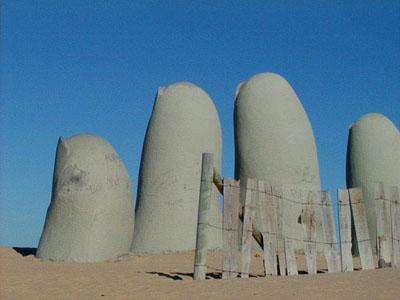 """Escultura de """"Los dedos"""" sobre Playa Brava"""