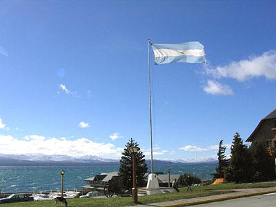 Centro Cívico de Bariloche, de fondo el lago Nahuel Huapi - Bariloche