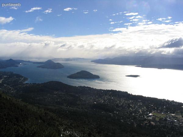 Vista del lago Nahuel Huapi desde el cerro Otto.