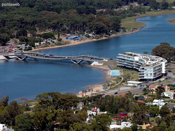 Acceso a La Barra por los puentes ondulantes sobre el arroyo Maldonado.