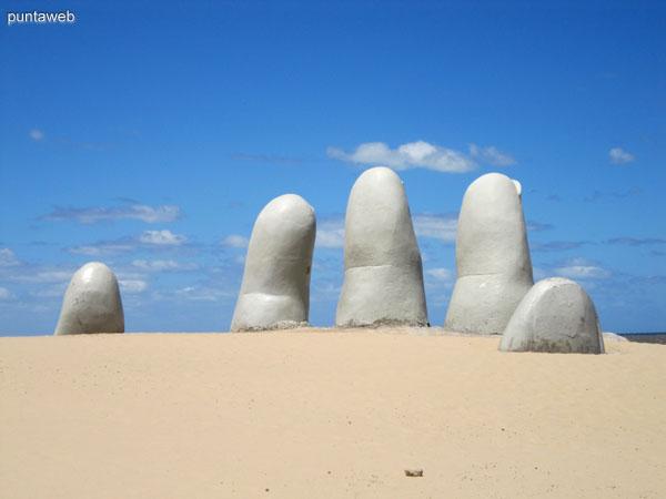 Los Dedos sobre la playa Brava al inicio de la pen�nsula de Punta del Este.