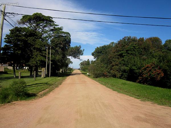 Una de las calles interiores del Balneario Buenos Aires que desembocan en la Ruta 10 junto al mar.