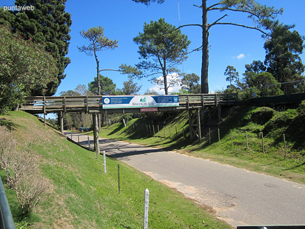 Paso peatonal del campo de golf del Cantegril Country Club.
