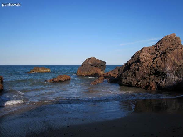 Playa El Chiringo junto a Las Grutas de Punta Ballena.