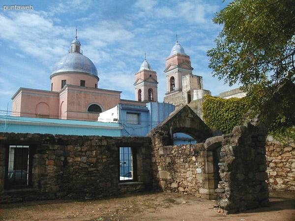 Vista de la Catedral de Maldonado desde el patio del Cuartel de Dragones.