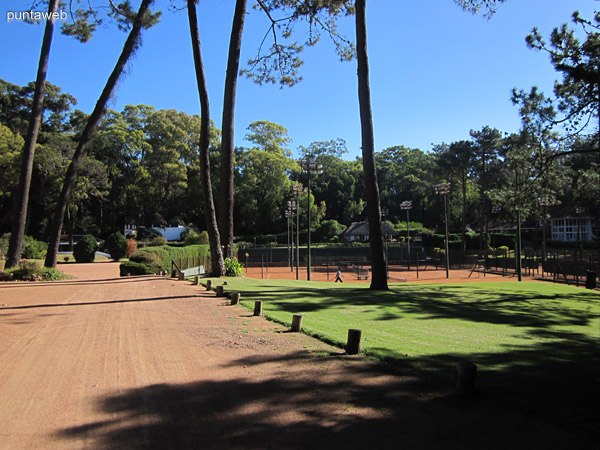 Cancha de tenis en el corazón de Rincón del Indio.