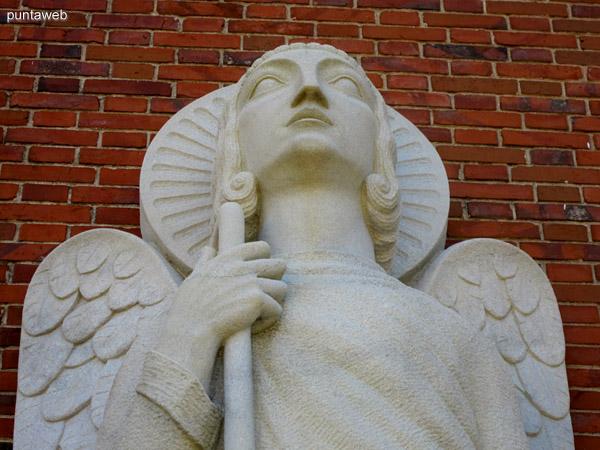 Efigie a la entrada de la capilla de San Rafael.