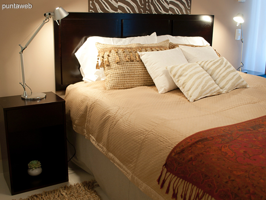Para un agente de viajes, el mundo en 16 metros cuadrados. <br><br>Texturas increíbles como el papel tapiz de cebra se mezclan con muebles modernos sobre una paleta de colores envolventes para crear espacios repletos de personalidad única.