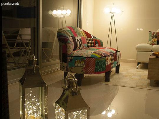 DISEÑO DE AUTOR – Donde otros ven CAOS nosotros vemos diseño y belleza. <br><br>El antiguo sofá ART DECO que encontramos abandonado en el jardín de un remate ha sido restaurado para convertirse en una pieza UNICA que vuelve a la vida creando un espacio inigualable.