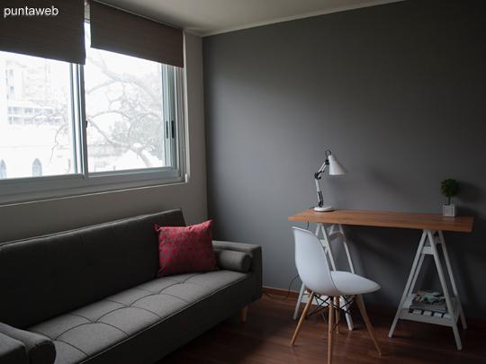 Este segundo dormitorio funciona como un pequeño estudio, pero también permite recibir invitados gracias al magnifico sofá cama que con su excelente diseño semeja una preciosa pieza RETRO.  <br><br>Despojado, fresco e íntimo este espacio es sumamente versátil.