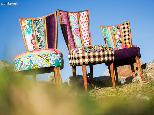 DISEÑO DE AUTOR para estas sillas de los años 50 restauradas con un increíble tapizado pleno de color y textura. <br><br>Cada silla del juego es diferente, no hay dos iguales, generando un espacio desbordante de vida y personalidad como sus nuevos dueños.