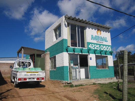 Local de Megal Supergas Maldonado, en calles Calabria y Bolonia en Barrio San Francisco a una cuadra de la Av. Lussich.