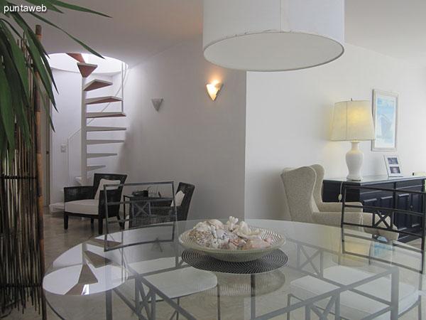 Espacio de comedor en el living.<br><br>Acondicionado con mesa de en hierro y vidrio con cuatro sillas. Dispone de dos más del mismo juego.
