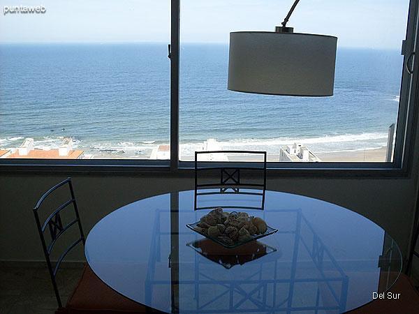 Vista del living desde el espacio del comedor junto a la ventana hacia el interior.<br><br>A la izquierda de la imagen la escalera que conduce a la terraza exclusiva.