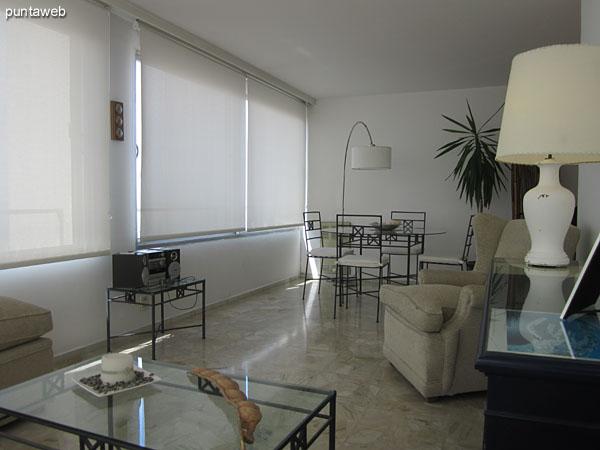 Vista general del estar en el living hacia el lateral este.<br><br>Acondicionado con un sillón de tres cuerpos, otro de dos y uno individual en torno a una mesa baja en hierro y vidrio.