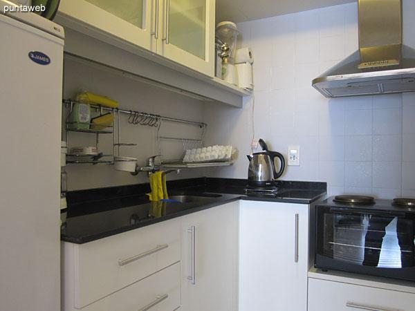Detalle de la cocina. Heladera, horno microondas, cafetera.