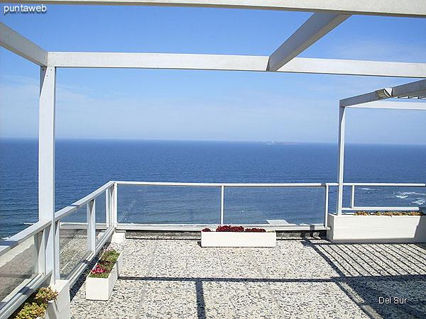 Terraza propia del departamento parcialmente techada y cerrada y acondicionada con mesa, sillas de plástico y reposeras.<br><br>Se accede por escalera de caracol ubicada en el living.