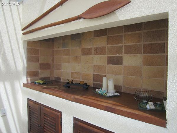 Detalle de la terraza en el sector techado y cerrado.<br><br>NO cuenta con parrillero de leña. Acondicionada con parrilla eléctrica.
