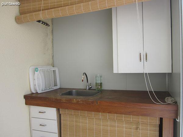 Detalle del espacio para cocinar en la terraza del departamento.<br><br>Dispone a tal efecto de un parrillero eléctrico.