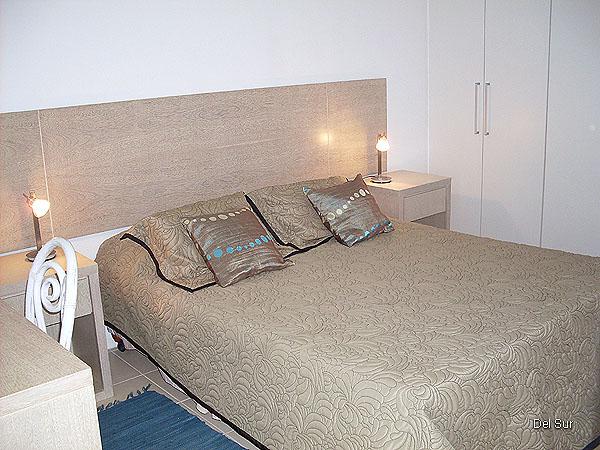Dormitorio principal cama de dos plazas.