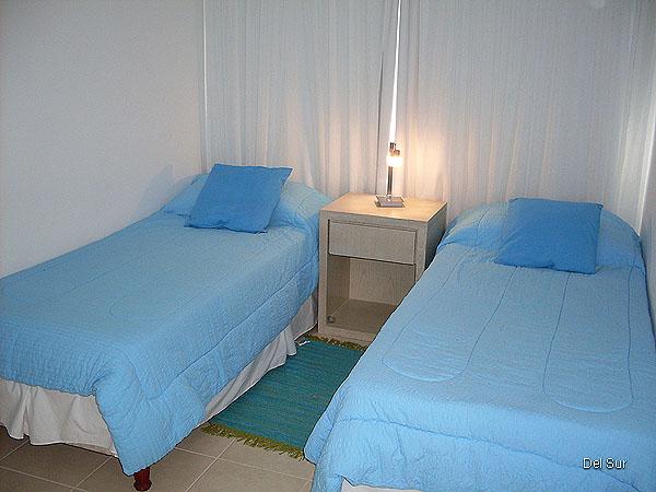 Segundo dormitorio con dos camas de una plaza.