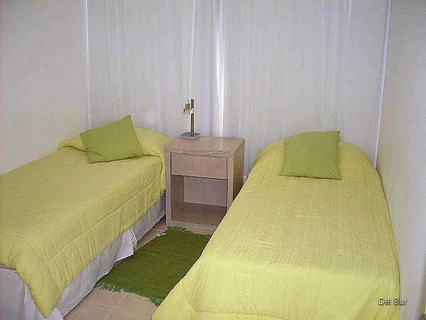 Tercer dormitorio con dos camas de una plaza.