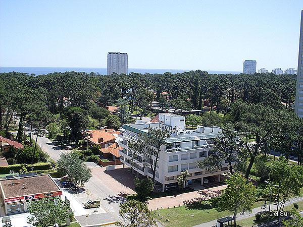 Vistas del departamento hacia playa Mansa, se ve Torre Le Jard�n y Aquarela sobre la Rambla.