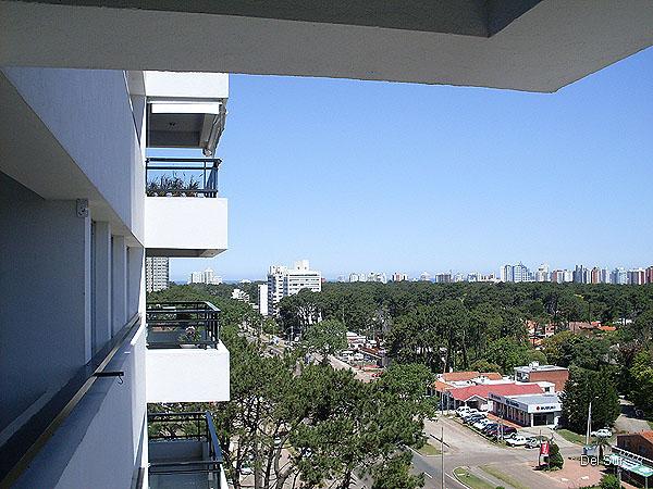 Vistas por Avenida Roosevelt hacia la playa Brava.