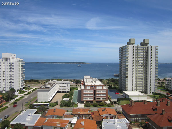 The apartment balcony terrace offers views over the bay of Punta del Este on the beach Mansa. This picture was taken with zoom.