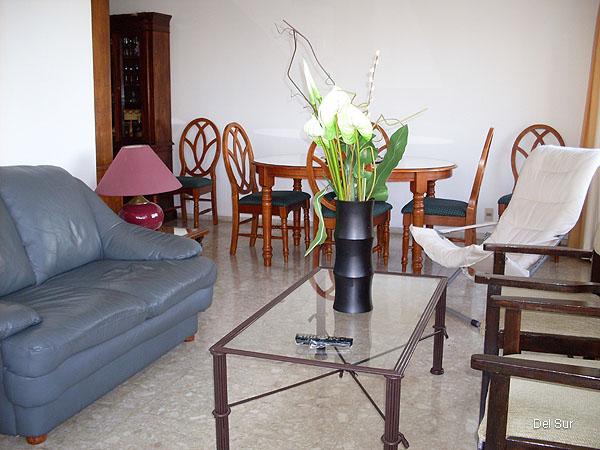 Imagen del Living comedor del mismo.<br>Mesa circular de 6 sillas, sillón de dos cuerpos y juego de estar en madera.