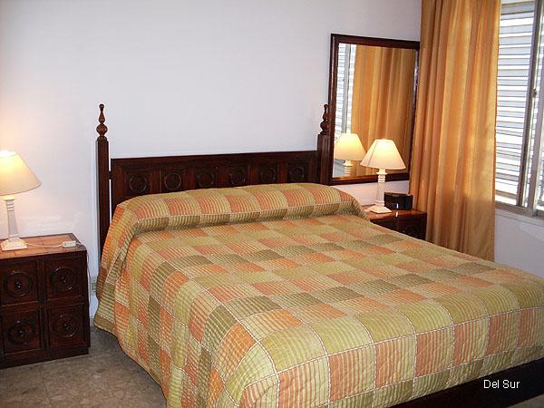 Imagen del dormitorio, amplio, decorado a tono y luminoso.