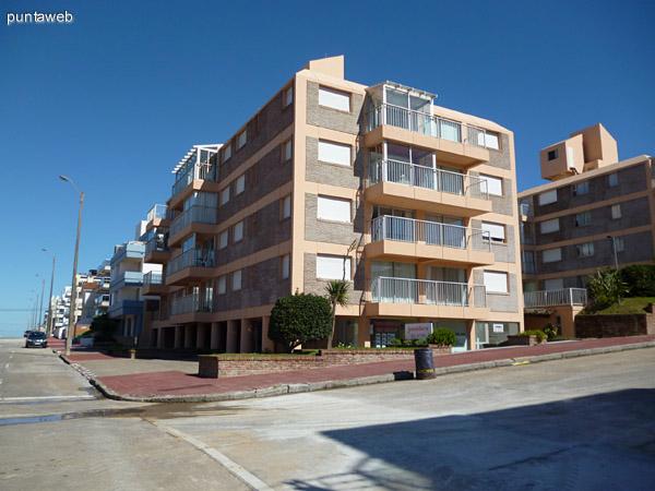 Fachada del edificio desde la Calle 24 esquina 25.