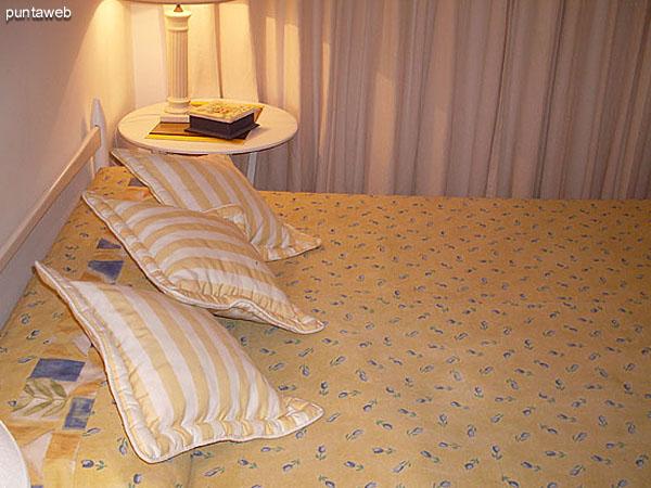 Dormitorio. Acondicionado con cama matrimonial. Brinda vista al frente sobre la calle 24.