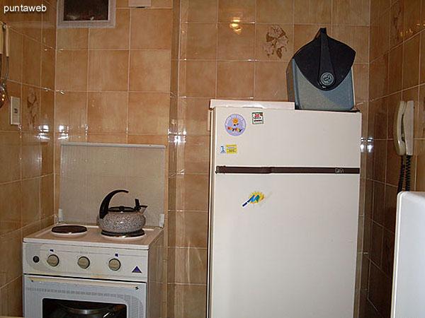Mesada de la cocina con pasaplatos al comedor.