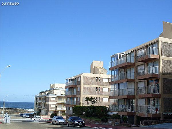Piscina al aire libre situada entre los dos bloques de apartamentos.
