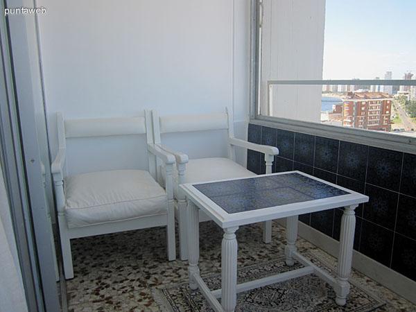 Estar desde el acceso. Las ventanas brindan vistas hacia la playa El Emir.