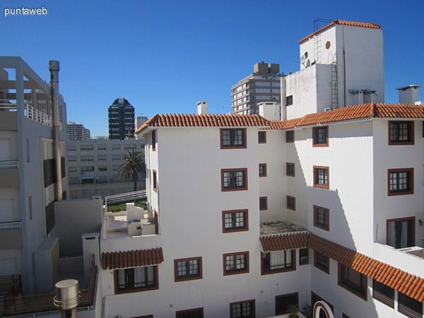 Vista hacia el noroeste desde el balcón terraza del living.