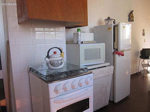 Espacio de comedor y cocina en el segundo nivel. Posee ventanas hacia la fachada este. Acondicionado con mesa de plástico con cinco sillas, elementos de cocina y un baño  al fondo.