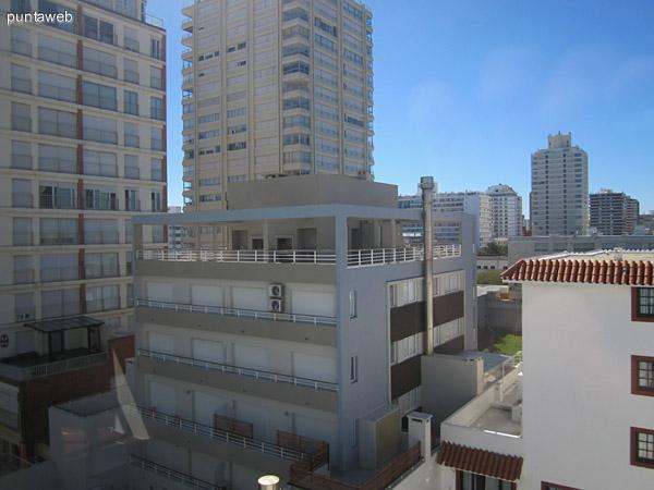 Vista desde la ventana del espacio de comedor y cocina en el segundo nivel del departamento hacia el este sobre la calle 24.
