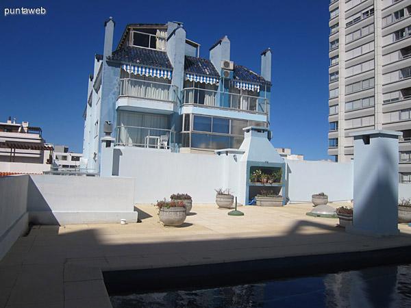 Pileta exterior en terraza común del edificio.