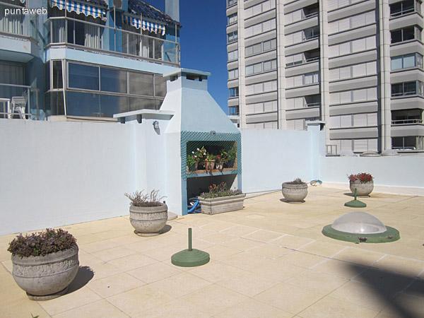 Vista del contrafrente del edificio desde la piscina exterior de la terraza común.