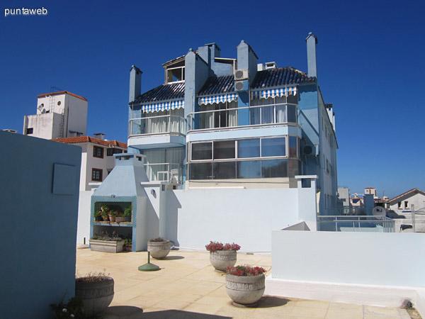 Vista de la pileta exterior de la terraza común hacia el oeste.