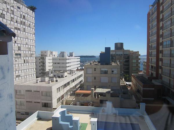 Vista del living desde la esquina izquierda hacia la opuesta al este. Se aprecia en la esquina derecha de la imagen la escalera de acceso al comedor y cocina.
