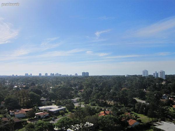Vista hacia el oeste desde el balcón a la altura del piso 10.