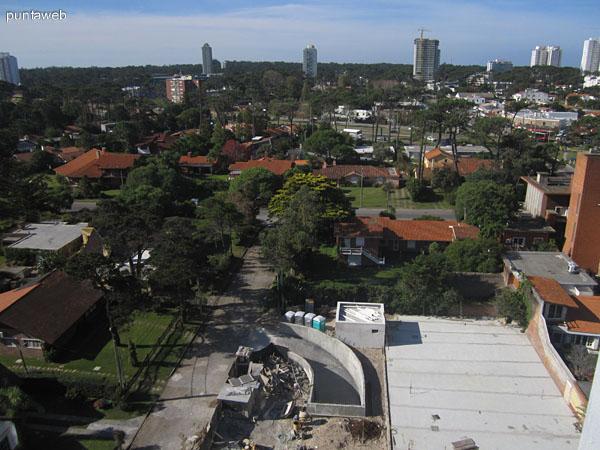 Vista hacia el entorno a nivel del calle de barrios residenciales desde el piso 10.