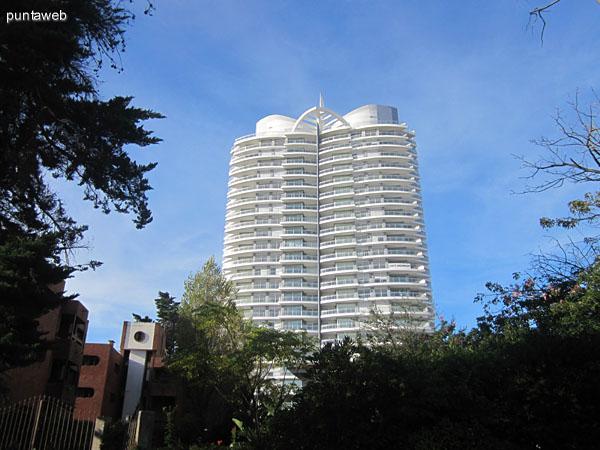 Fachada del edificio desde nivel de calle.