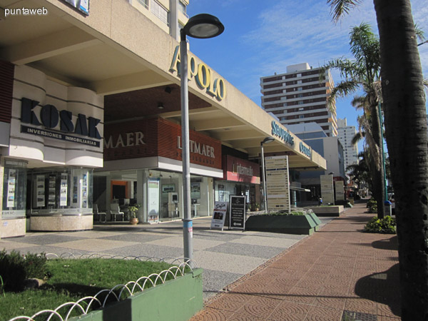 Acceso al edificio dentro de la Galer�a Apolo Shopping Center.