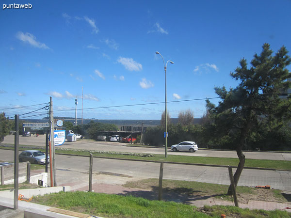 Vista desde la terraza abierta del departamento sobre la Rambla Claudio Williman en planta baja.