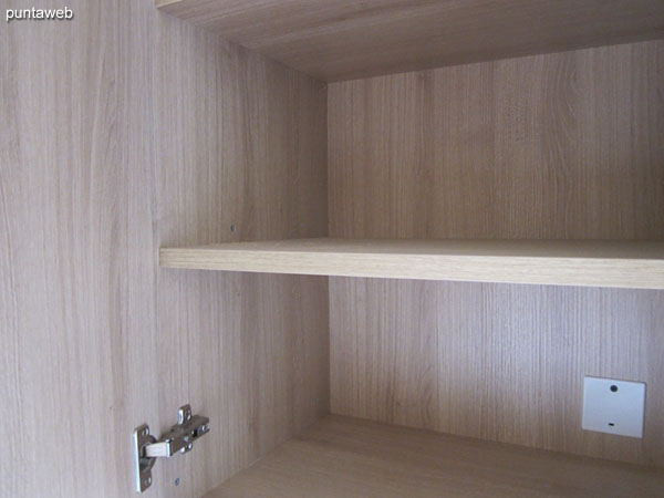 Detalle de las terminaciones en madera en la cocina.